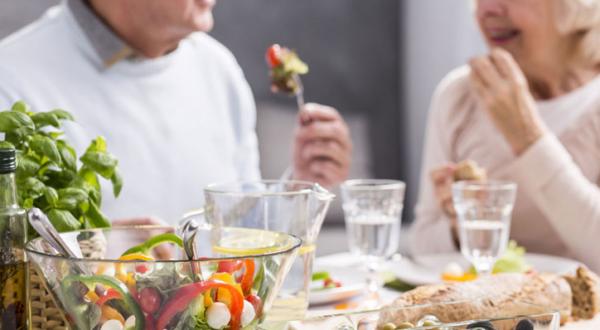Chế độ dinh dưỡng cho người cao tuổi dự phòng COVID-19